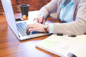 Travailler de chez soi sur un ordinateur