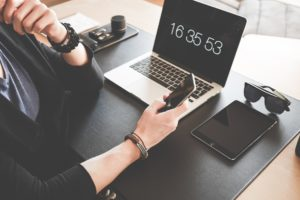 travail de gestion sur un bureau avec un ordinateur